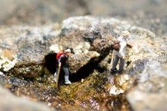 Miniaturowi ludzie, backpackers chodzi na kamieniach przy plażą Wizerunku use dla podróż stylu życia przygody wakacji pojęcia Obrazy Royalty Free
