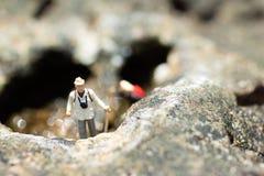 Miniaturowi ludzie, backpackers chodzi na kamieniach przy plażą Wizerunku use dla podróż stylu życia przygody wakacji pojęcia Obraz Royalty Free