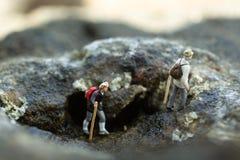 Miniaturowi ludzie, backpackers chodzi na kamieniach przy plażą Wizerunku use dla podróż stylu życia przygody wakacji pojęcia Fotografia Royalty Free