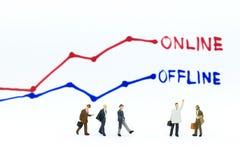 Miniaturowi ludzie: Biznesmen myśl Online i Autonomiczne Biznesowe opcje Wizerunku use dla detalicznego biznesu, wprowadzać na ry Zdjęcie Stock