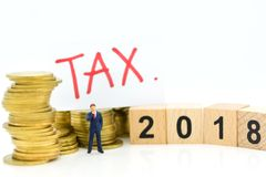 Miniaturowi ludzie: Biznesmen z pieniądze Wizerunku use dla podatku kalkulacyjnego każdy rok dla everyone obraz royalty free