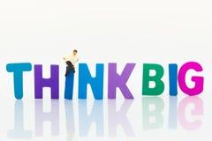 Miniaturowi ludzie: Biznesmen z tekst myślą DUŻĄ Wizerunku use dla pomysłu, biznesowy pojęcie Fotografia Stock