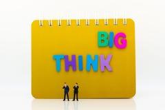 Miniaturowi ludzie: Biznesmen z tekst myślą DUŻĄ Wizerunku use dla pomysłu, biznesowy pojęcie Fotografia Royalty Free