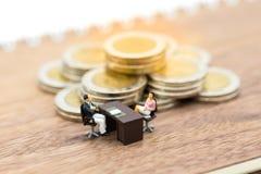 Miniaturowi ludzie: Biznesmena spotkanie z pracownikiem dla akcydensowych wywiadów, akcydensowi wakaty Wizerunku use dla zmniejsz Obraz Stock