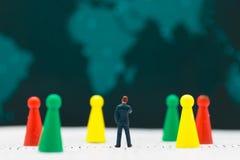 Miniaturowi ludzie: Biznesmeni stoją widzieć zysk deskę Obrazy Stock