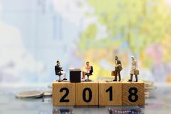 Miniaturowi ludzie: Biznesowy osoby obsiadanie, czekanie dla inter i Obraz Stock