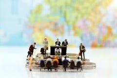 Miniaturowi ludzie: Biznesowy osoby obsiadanie, czekanie i Zdjęcia Stock