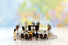 Miniaturowi ludzie: Biznesowy osoby obsiadanie, czekanie i Zdjęcie Stock