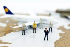 Miniaturowi ludzie biznesu: biznes drużyna z samolotem Wizerunku use dla tło podróży, podróży służbowej podróży doradcy agencja obrazy stock