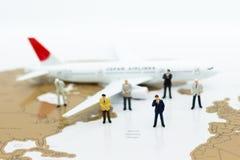 Miniaturowi ludzie biznesu: biznes drużyna z samolotem Wizerunku use dla tło podróży, podróży służbowej podróży doradcy agencja zdjęcie stock