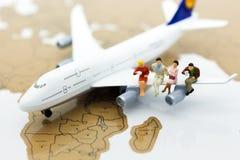 Miniaturowi ludzie biznesu: biznesmen z samolotem Wizerunku use dla biznesowej podróży, podróży służbowej podróży doradcy agencja obrazy stock