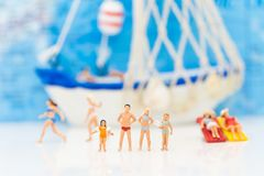 Miniaturowi ludzie: Duża rodzina Wydaje czas przy morzem Szczęśliwy bawić się wpólnie Zdjęcie Stock
