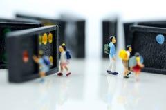 Miniaturowi ludzie: dzieci i uczeń z dominem, Bawić się i zdjęcia royalty free