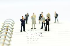 Miniaturowi ludzie, grupa biznesmeni pracują z drużyną, Obraz Royalty Free