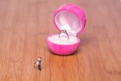 Miniaturowi ludzie i pierścionek zaręczynowy Kreatywnie pojęcie wokoło fotografia royalty free