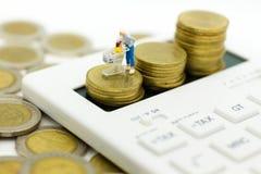 Miniaturowi ludzie: Kobieta z wózek na zakupy stojakiem na kalkulatorze Wizerunku use dla detalicznego biznesu pojęcia Fotografia Royalty Free