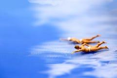 Miniaturowi ludzie: Letnicy są cieszą się pływać Zdjęcia Royalty Free