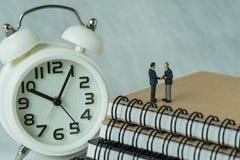 Miniaturowi ludzie: Mały postać biznesmenów handshaking i stojak Zdjęcie Royalty Free