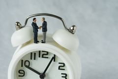 Miniaturowi ludzie: Mały postać biznesmenów handshaking i stojak Obraz Royalty Free