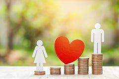 Miniaturowi ludzie: pary pozycja na sztaplowanie monecie Zdjęcia Royalty Free