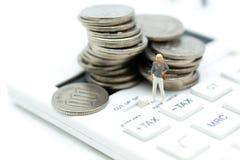 Miniaturowi ludzie: Pieniężni ludzie stoi na monetach Wizerunku use dla biznesowego księgowości pojęcia, sprawdza kwotę lub zysku Obrazy Royalty Free