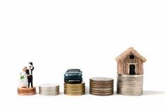 Miniaturowi ludzie poślubia na stert monetach na białym tle Obrazy Stock