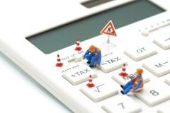 Miniaturowi ludzie pracownik budowlany klawiatury podatku guzika Dla podatku obliczenia Łatwy kalkulować na Białym kalkulatorze n Zdjęcie Royalty Free