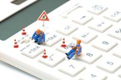 Miniaturowi ludzie pracownik budowlany klawiatury podatku guzika Dla podatku obliczenia Łatwy kalkulować na Białym kalkulatorze n Obraz Royalty Free