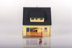 Miniaturowi ludzie rodzinni i domowi Fotografia Royalty Free