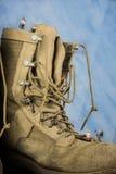 Miniaturowi postać wycieczkowicze na wojsko butach Fotografia Royalty Free
