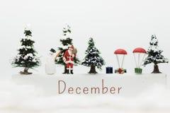 Miniaturowy Święty Mikołaj i Śnieżny mężczyzna robimy szczęśliwej godzinie dla dzieci na święto bożęgo narodzenia Obrazy Royalty Free