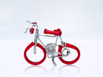 Miniaturowy czerwony bicykl na białym tle w odgórnym widoku Zdjęcie Stock