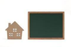 Miniaturowy dom i blackboard na białym tle Obraz Royalty Free