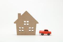 Miniaturowy dom i samochód na białym tle Fotografia Royalty Free