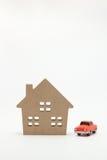 Miniaturowy dom i samochód na białym tle Fotografia Stock