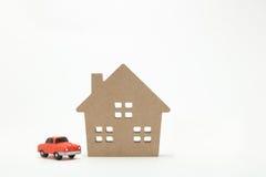 Miniaturowy dom i samochód na białym tle Zdjęcia Royalty Free