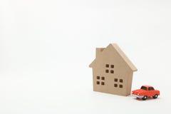Miniaturowy dom i samochód na białym tle Obraz Royalty Free