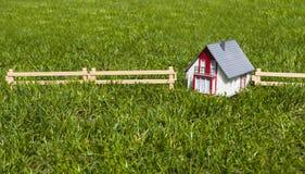 Miniaturowy dom w ogr?dzie na zielonej trawie zdjęcie royalty free