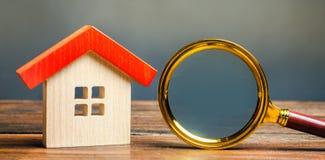 Miniaturowy drewniany dom i powiększać - szkło Domowy taksowanie Maj?tkowy otaksowanie Wyb?r lokacja dla budowy Dom fotografia stock