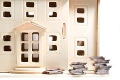 Miniaturowy drewniany zabawka dom, koreańczyk i ukuwamy nazwę odosobnionego na białych półdupkach obrazy royalty free