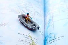 Miniaturowy flisak na mapie zdjęcia stock