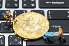 Miniaturowy mężczyzna kopie Minujący Złotych bitcoins obrazy royalty free