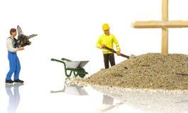 Miniaturowy mężczyzna zakopuje nieżywej komarnicy Obraz Stock