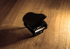 Miniaturowy model czarny uroczysty pianino z cieniem Zdjęcia Stock