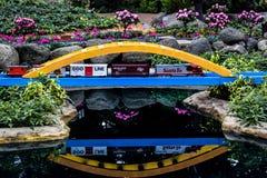 Miniaturowy modela pociąg, most z odbiciem fotografia royalty free