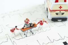 Miniaturowy opieki zdrowotnej drużyny transportu pacjent ambulansowy samochód zdjęcia stock