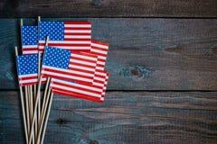 Miniaturowy papier flaga usa Flaga Amerykańska na nieociosanym drewnianym tle zdjęcia royalty free