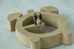 Miniaturowy postać biznesmenów handshaking i pozycja na drewnianym Zdjęcie Stock