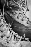 Miniaturowy postaci czytanie na wojsko butach Zdjęcie Royalty Free