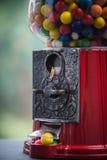 Miniaturowy postaci główkowanie na Gumowej piłki maszynie Fotografia Stock